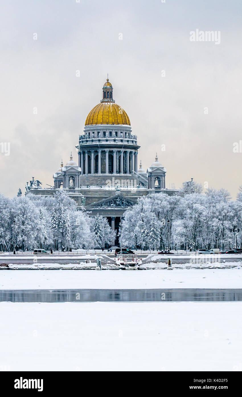La Catedral de San Isaac en invierno, San Petersburgo, Rusia Imagen De Stock