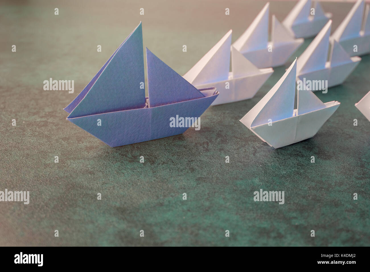 Veleros de papel origami, concepto de negocio de liderazgo, tonificación Imagen De Stock