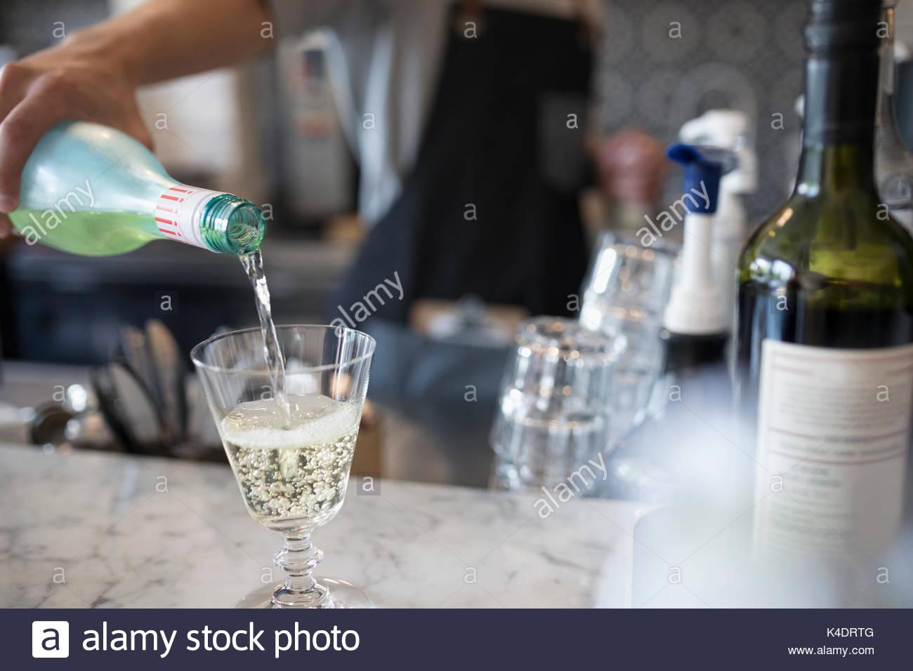 Bartender verter champán Imagen De Stock