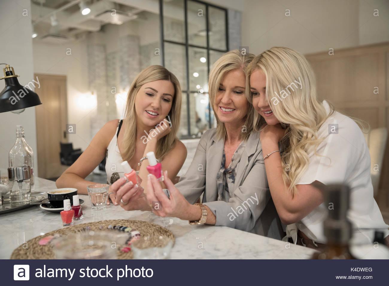 Madre e hijas adultas elegir el esmalte de uñas en el salón de uñas Imagen De Stock