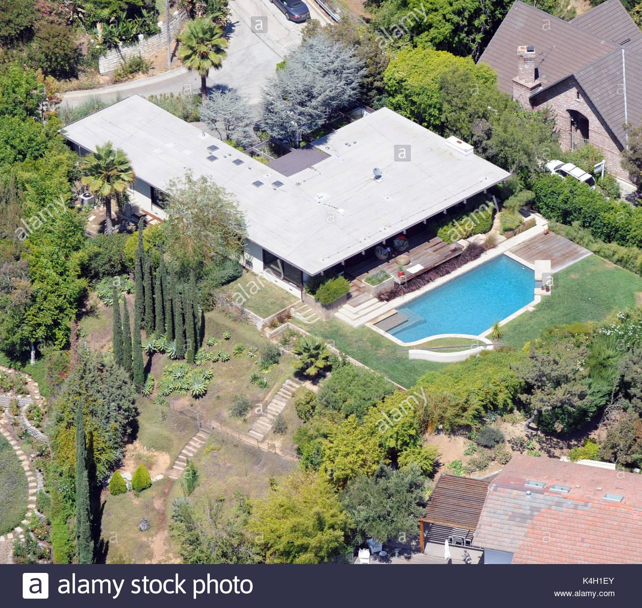Comprar casa de simple fachada principal vista nocturna casas de estilo minimalista por milla - Casas baratas en pueblos de valencia ...