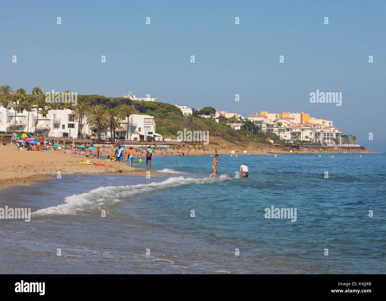 Calahonda, Mijas Costa, Costa del Sol, Málaga, Andalucía, sur de España. la luna beach, parte de la mayor playa de Calahonda. Imagen De Stock
