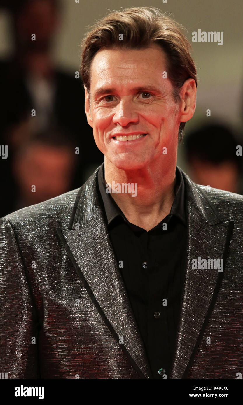 "Europa, Italia, Lido di Venezia, a 05 de septiembre de 2017 : el actor jim carrey en la alfombra roja de la película ""jim y Andy : el gran más allá"" , director Chris Smith, el 74º Festival Internacional de Cine de Venecia © crédito ottavia da re/sintesi/alamy live news Imagen De Stock"