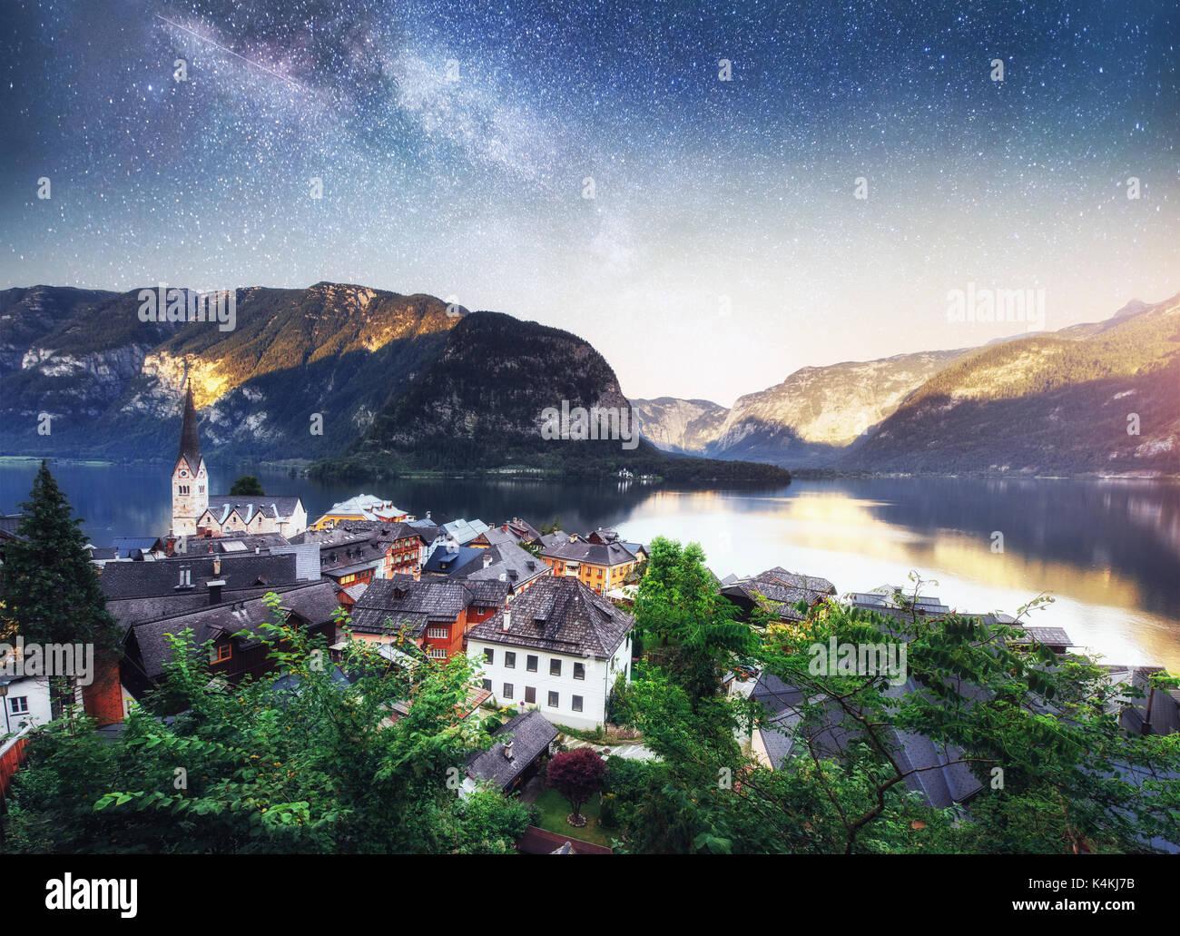 Pintoresca panorámica de la famosa aldea de montaña en los Alpes austriacos. Fantástica vía láctea. Austria Hallstatt. Imagen De Stock