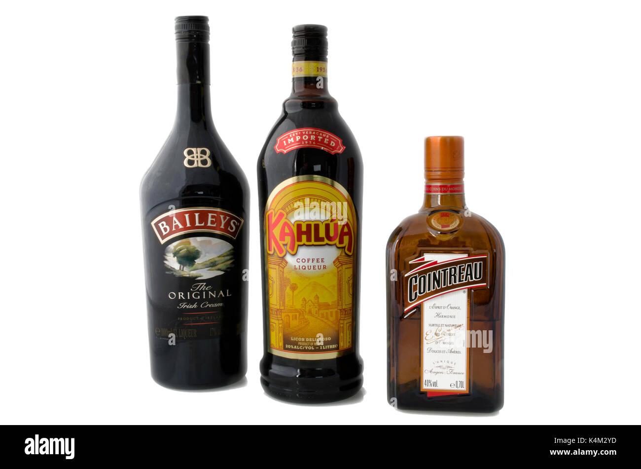 Moscú, Rusia - 17 de abril de 2015: botellas de licor de café Kahlua, triple sec Cointreau y Bailey's Irish Cream, que en partes iguales el formulario B-52 cockt Foto de stock