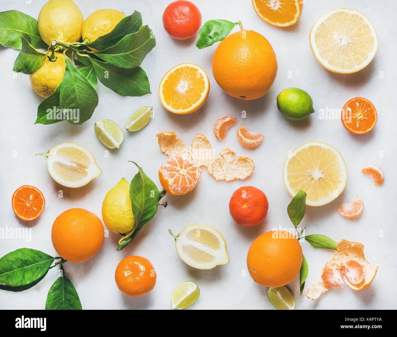 Variedad de frutos cítricos frescos para hacer batidos saludables Foto de stock