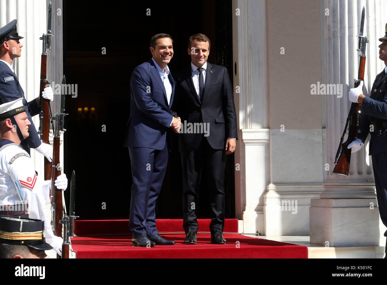 ¿Cuánto mide Alexis Tsipras? - Real height Atenas-grecia-07-sep-2017-primer-ministro-griego-alexis-tsipras-agita-las-manos-con-el-presidente-frances-emmanuel-macron-como-lo-acoge-durante-su-llegada-fuera-de-los-maximos-mansion-el-presidente-frances-emmanuel-macron-llega-a-grecia-para-una-visita-oficial-de-dos-dias-a-reunirse-el-primer-ministro-alexis-tsipras-griego-y-presidente-prokopis-pavlopoulos-credito-sopa-de-imagenes-limitadoalamy-live-news-k501fc
