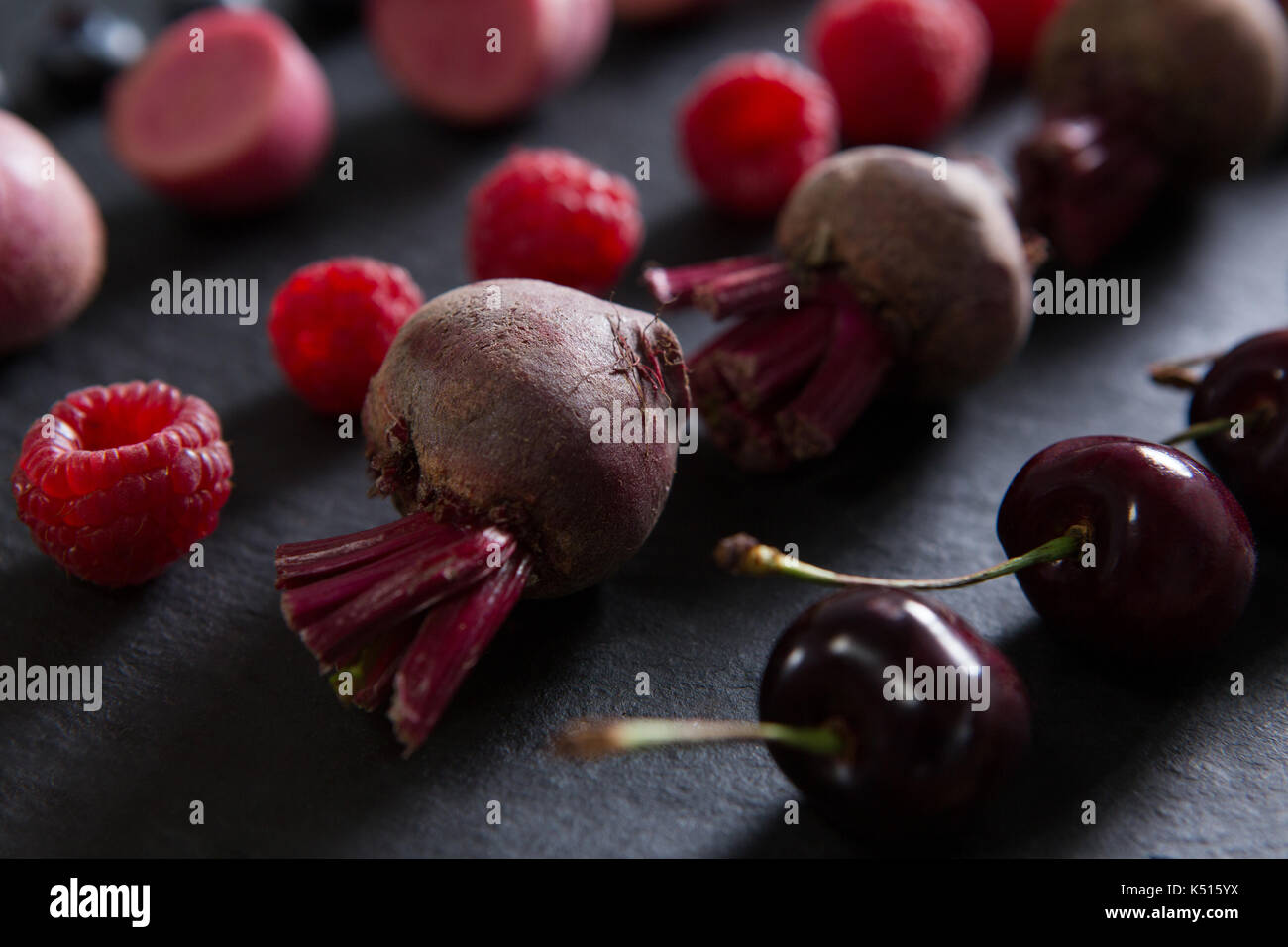 Close-up de frutas y verduras en una tabla de cortar Foto de stock