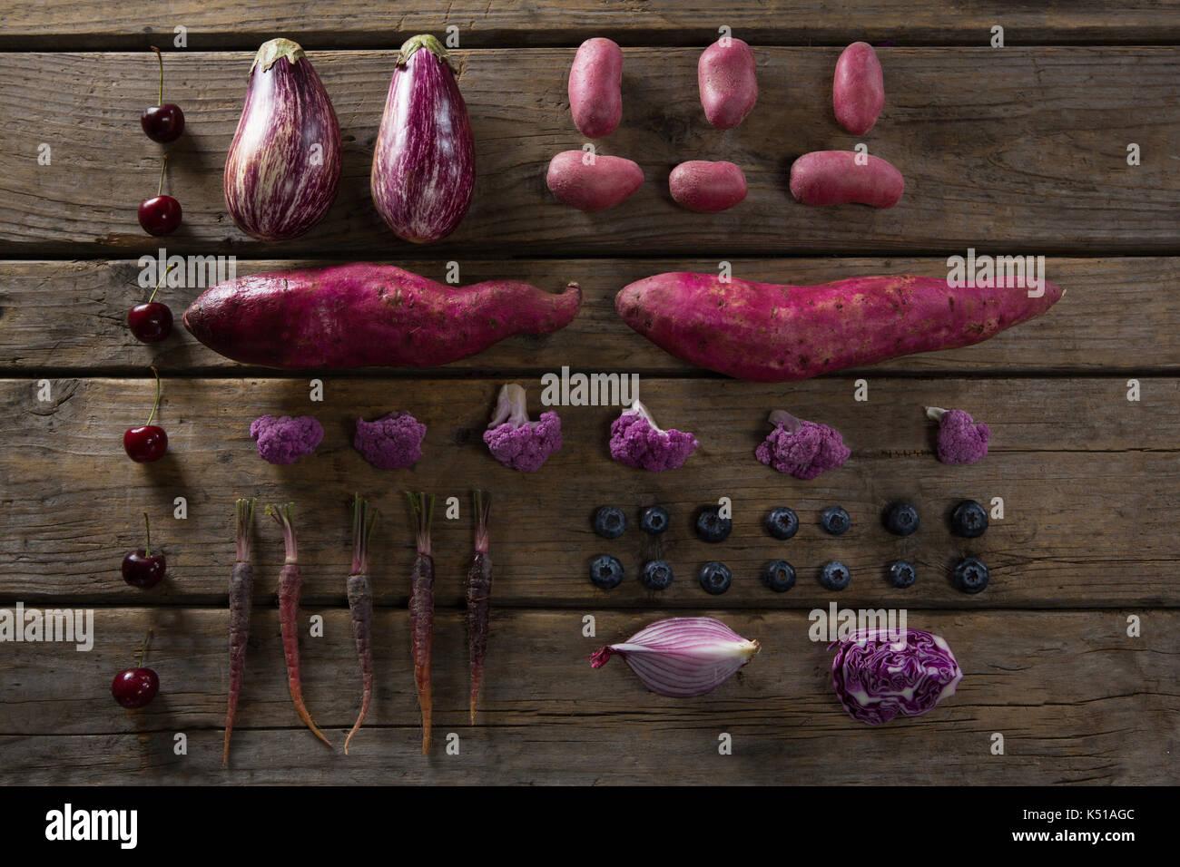 Vista aérea de diversos vegetales organizadas en mesa de madera Imagen De Stock