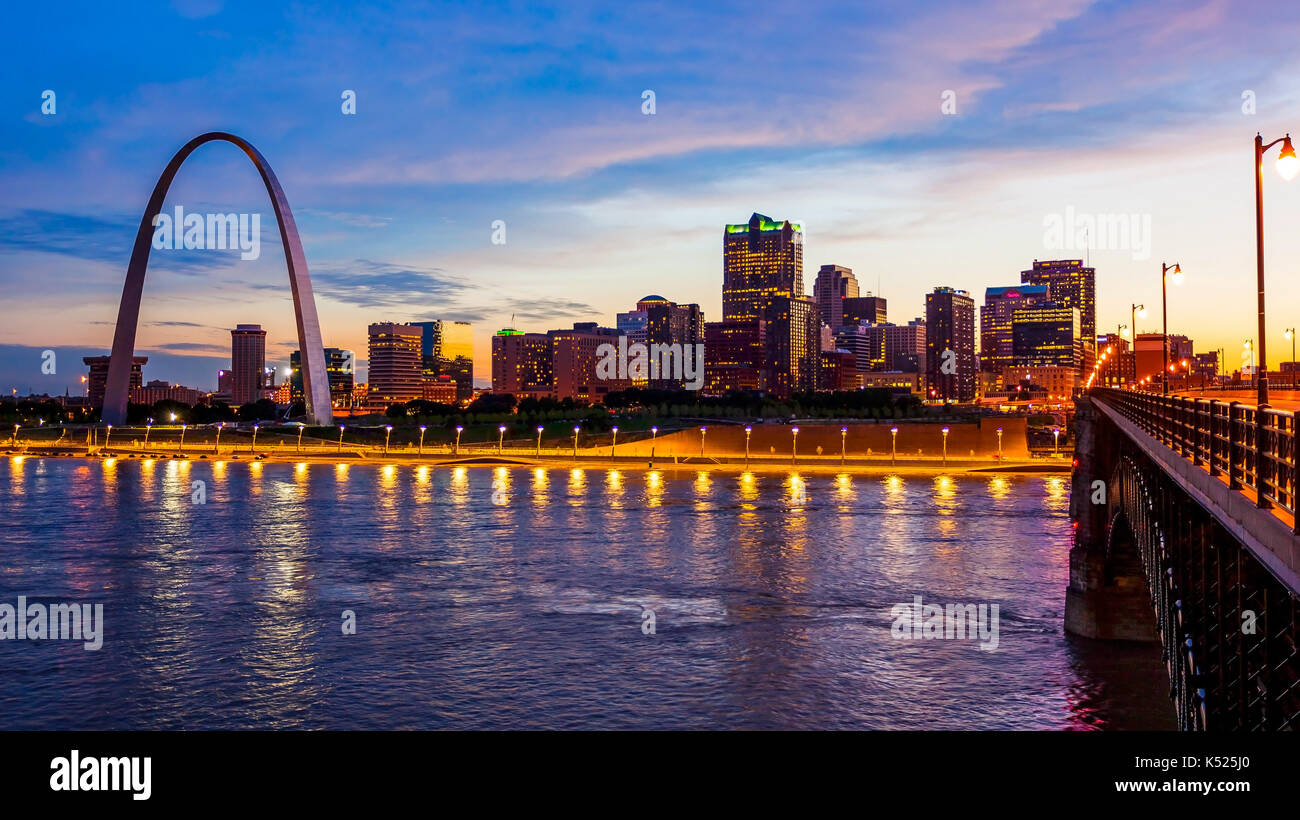 St Louis, Missouri paisaje skyline y Gateway Arch como cae la noche sobre el centro (logotipos extraído para uso comercial) Imagen De Stock