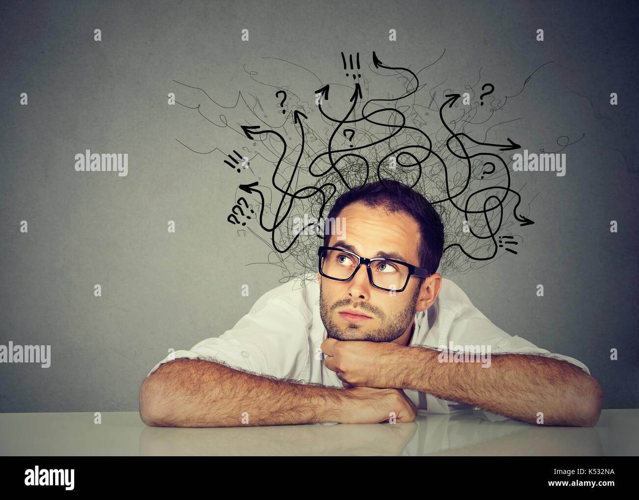 Hombre de negocios pensando contemplando una solución Imagen De Stock