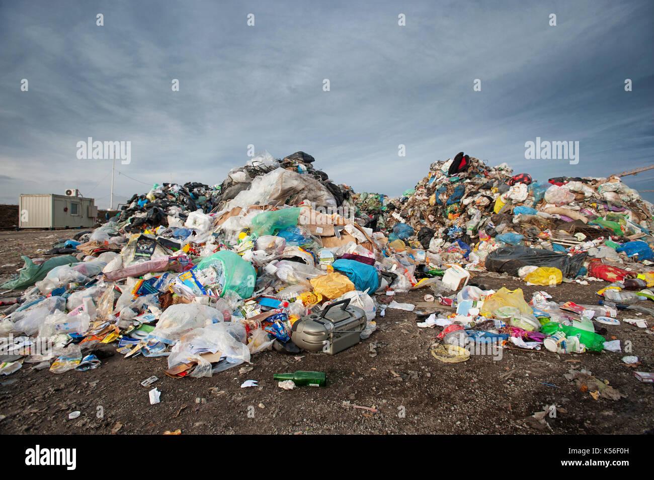 Montón de residuos en el relleno sanitario de la ciudad. La gestión de los residuos, ecología concepto Imagen De Stock