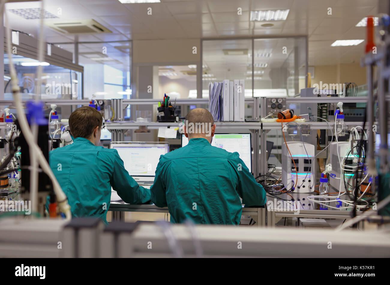 San Petersburgo, Rusia - Noviembre 16, 2016: Investigadores trabajan en el laboratorio de biotecnología de alto rendimiento de biocad. es uno de los países del mundo fe Imagen De Stock