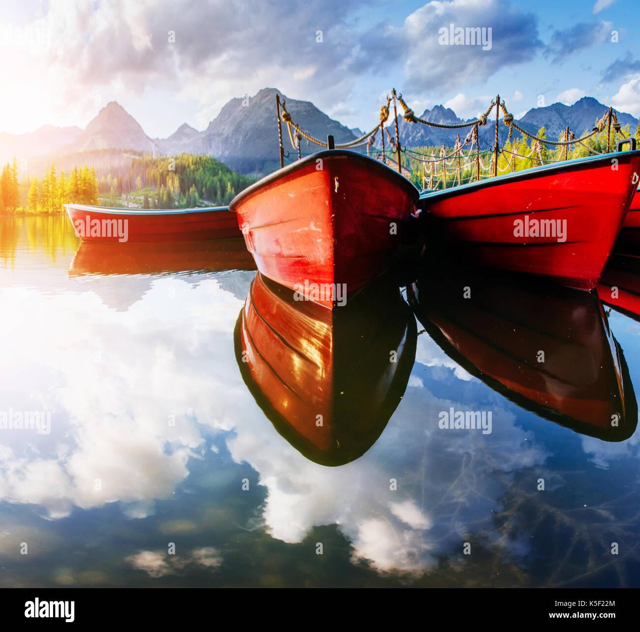 Barco en el muelle rodeado montañas. Fantástico shtrbske pleso High Tatras de Eslovaquia. Foto de stock