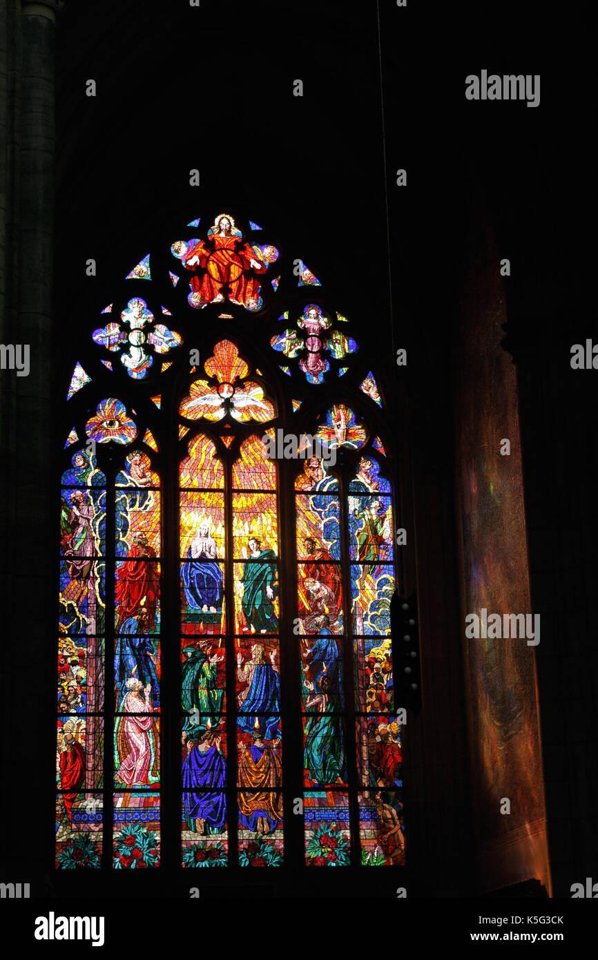 Las vidrieras de la catedral de St Guy ubicado en un patio del castillo de Praga, Praga, República Checa Foto de stock