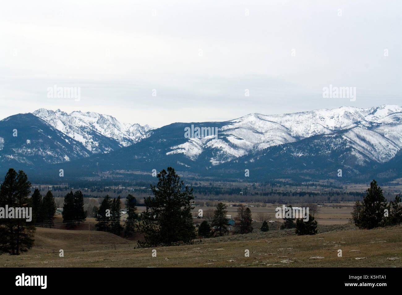 Las montañas cubiertas de nieve en medio del invierno. La sección de las Montañas Rocosas situadas en el valle bitterroot, Montana. América del Norte, Estados Unidos. Imagen De Stock