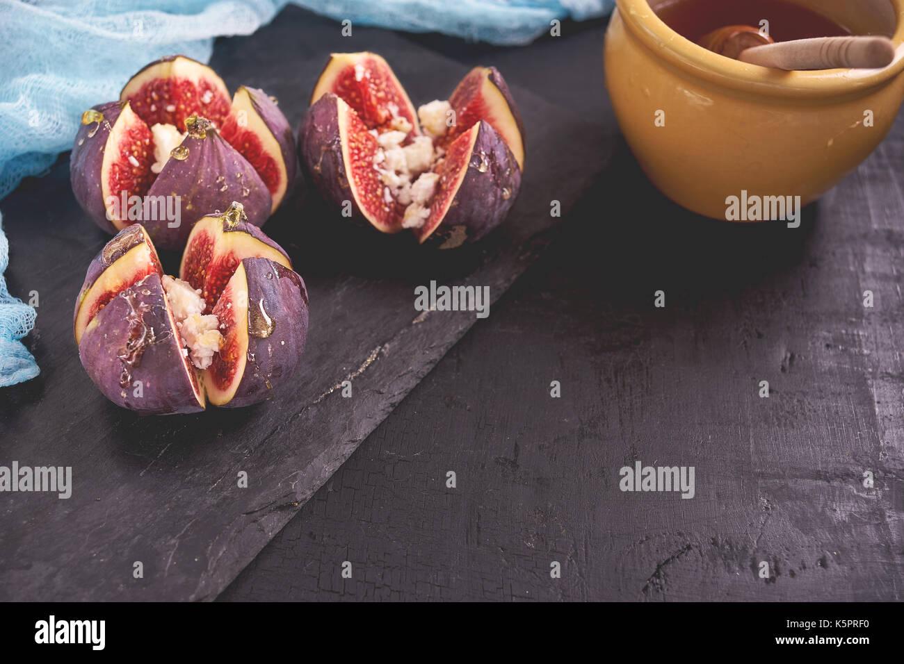 Delicioso postre hecho con higos de frutas y miel Imagen De Stock
