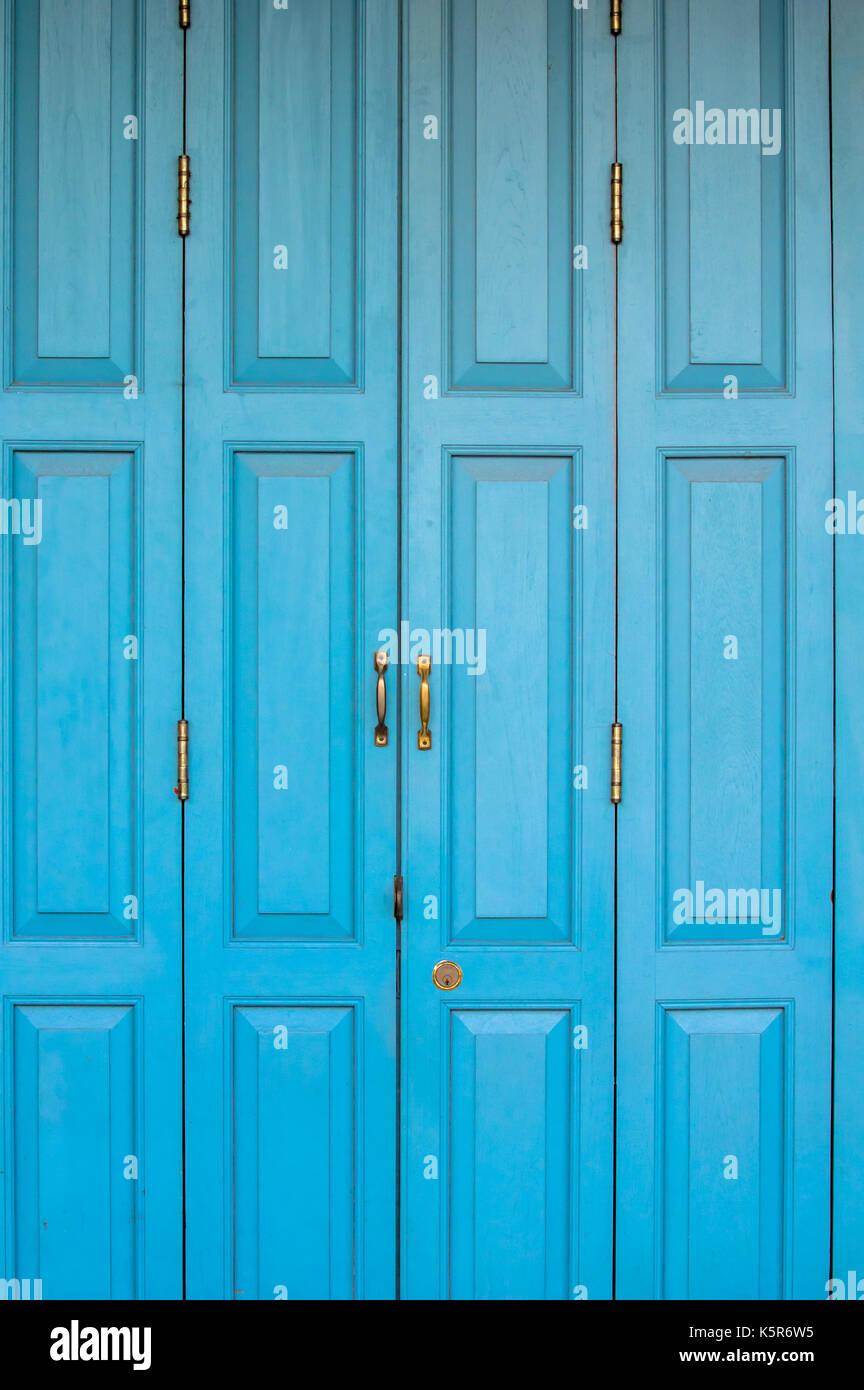 Puerta azul con paneles de madera Imagen De Stock