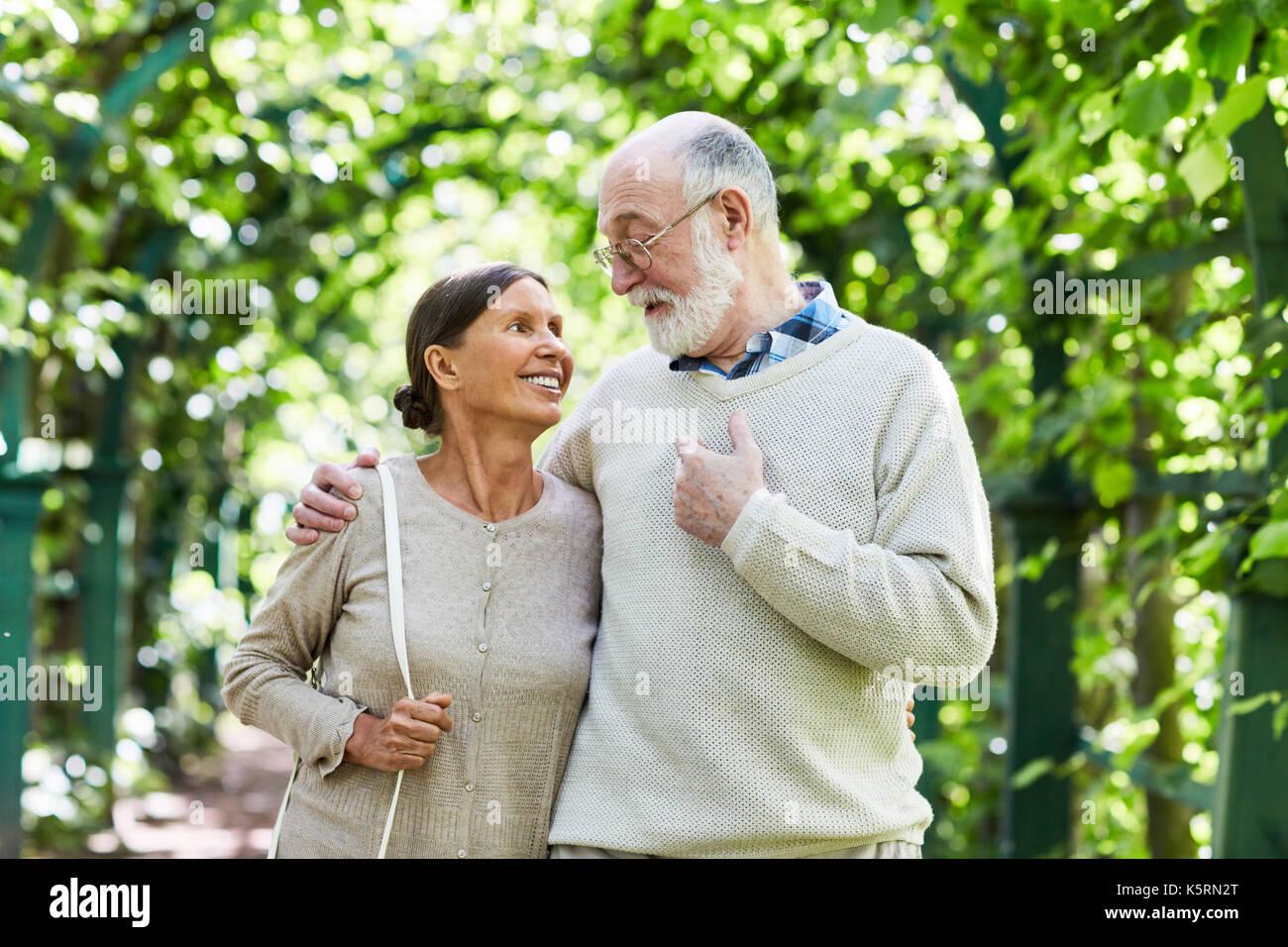 Los ancianos a caminar Imagen De Stock