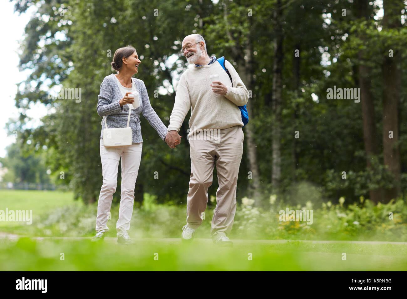 Los turistas que caminan Imagen De Stock