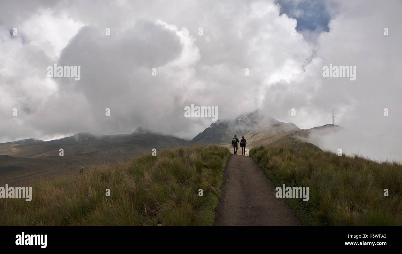 Ecuador - Pichincha, 2017: Vista panorámica del volcán Pichincha, ubicado justo al lado de Quito, que se envuelve en sus laderas orientales. Imagen De Stock