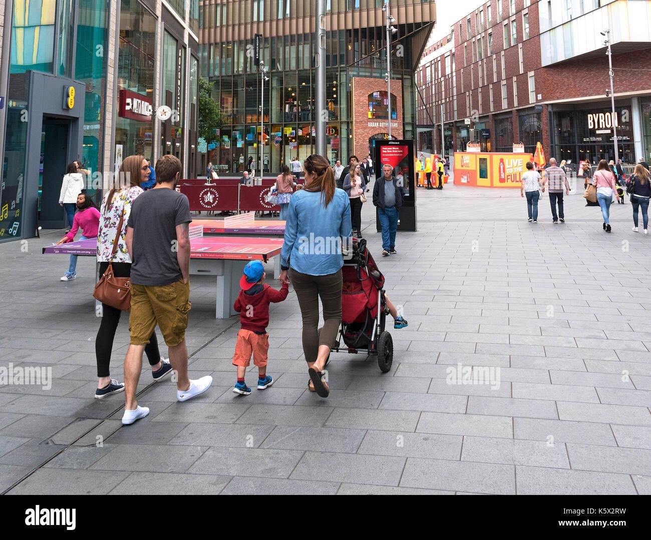 Las familias de compras en las tiendas del centro de la ciudad de Liverpool, Inglaterra, Reino Unido Imagen De Stock