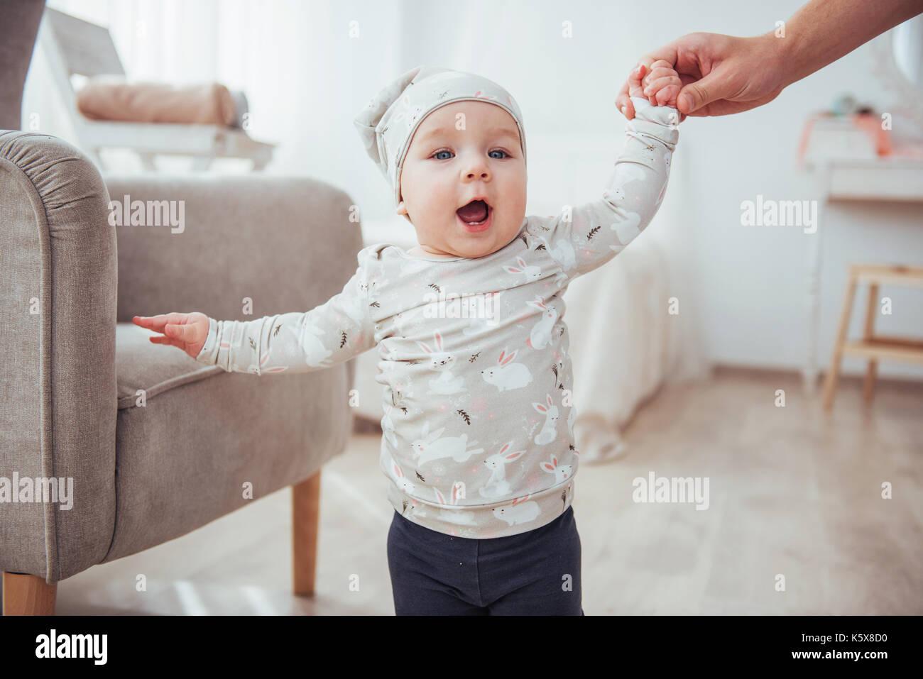 Silla de bebé feliz junto a una habitación luminosa Imagen De Stock