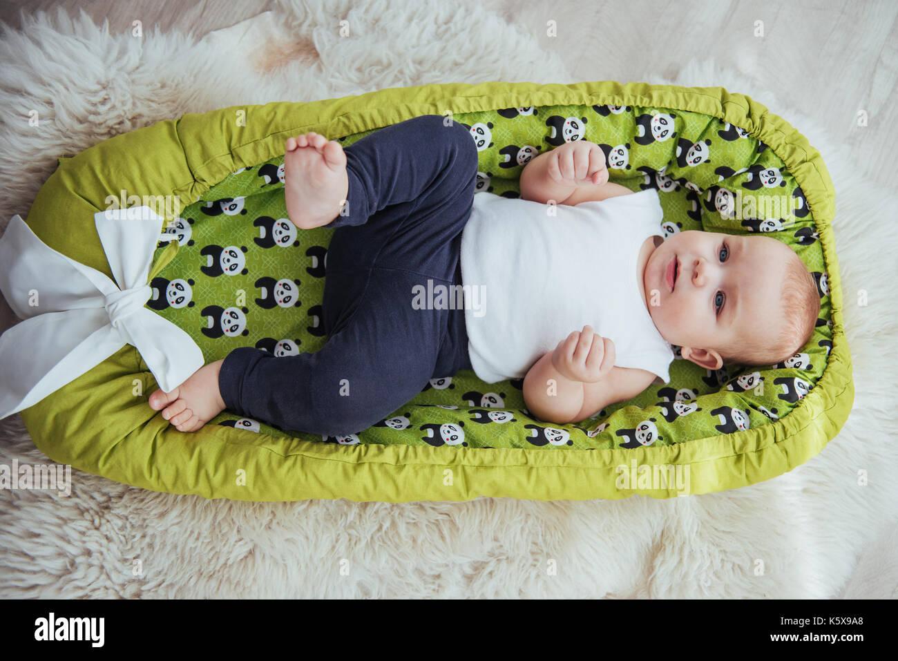 7261f7a1 El bebé duerme en la cama. una saludable bebé poco después del nacimiento.  Imagen