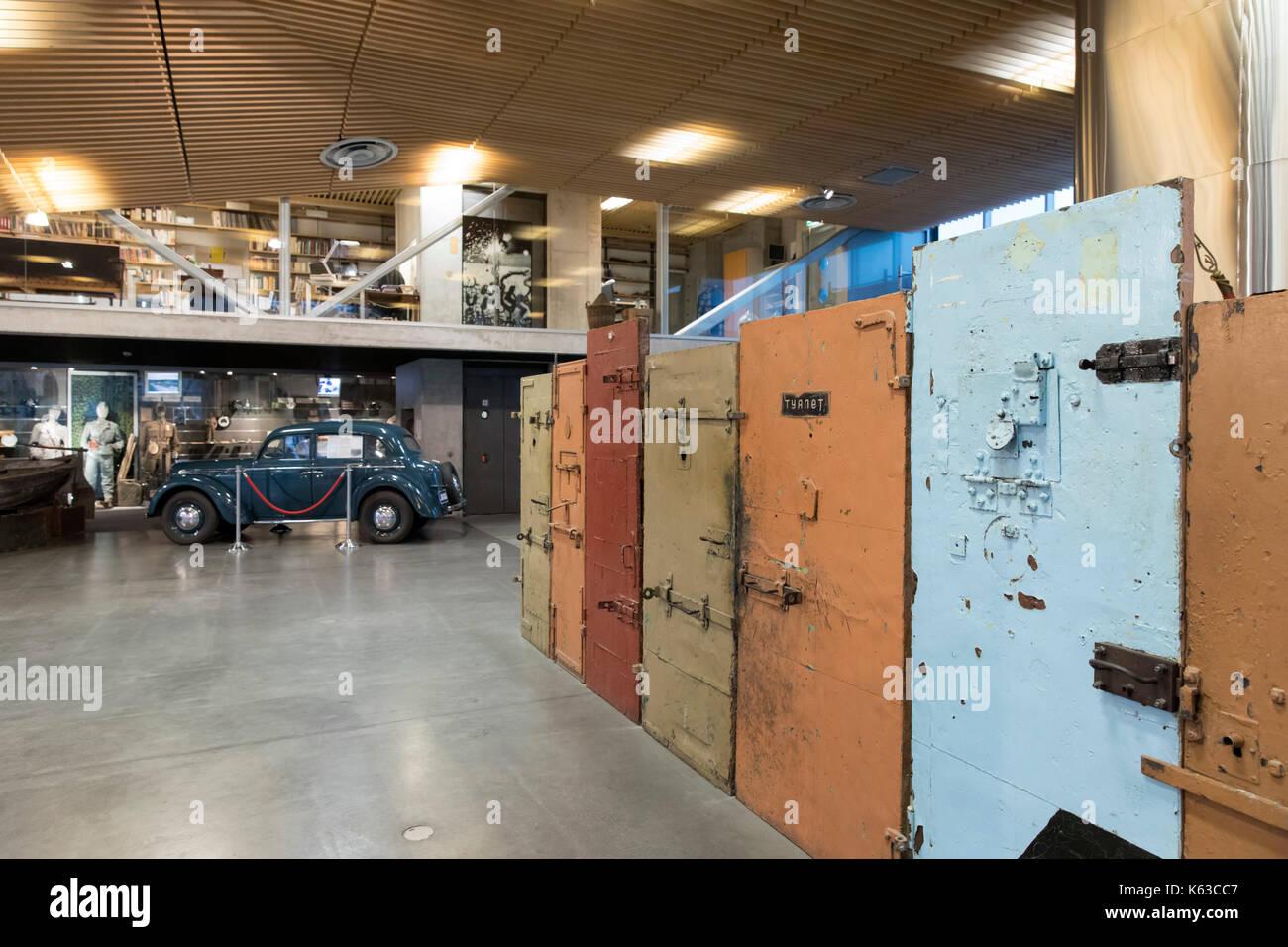 Museo de las ocupaciones con las puertas de la prisión, Tallin, Estonia, Europa Imagen De Stock