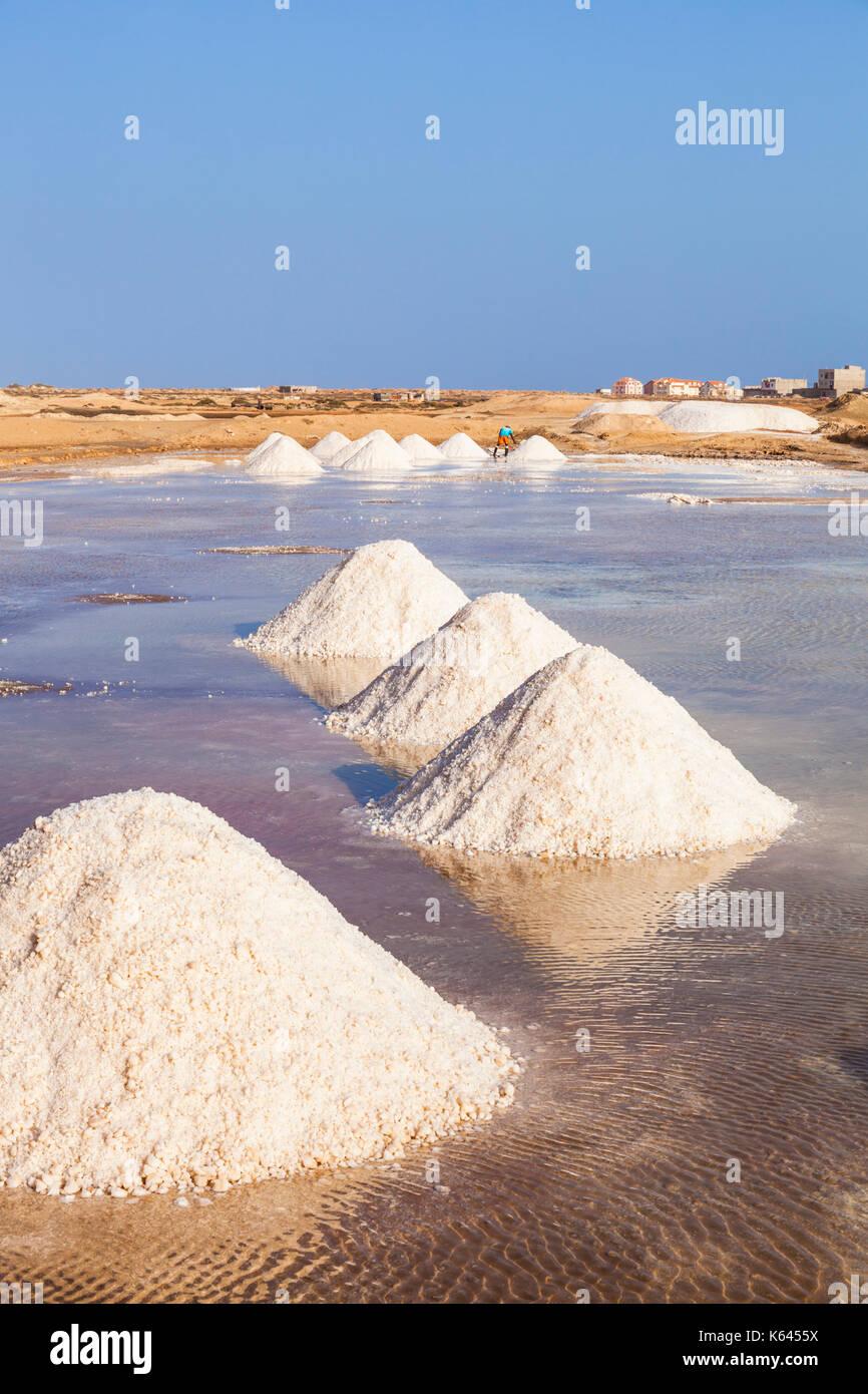 Cabo Verde SAL montones de sal natural recolectados de salinas en Salinas, justo en las afueras de Santa María, en la isla de Sal, Cabo Verde, África Imagen De Stock