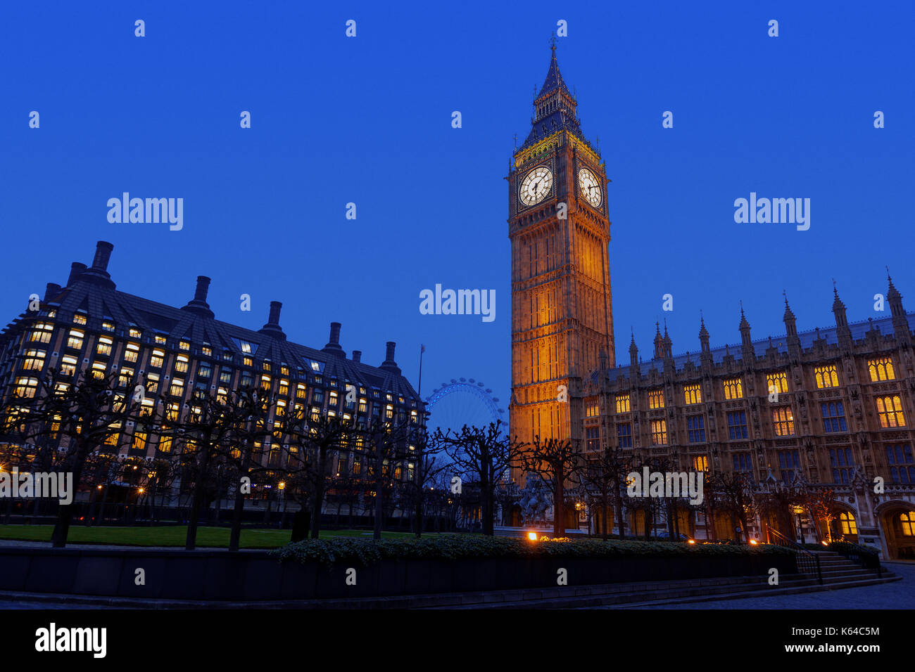 Vista nocturna del palacio de Westminster, el Big Ben y portcullis house en Westminster, Inglaterra, Reino Unido. Foto de stock