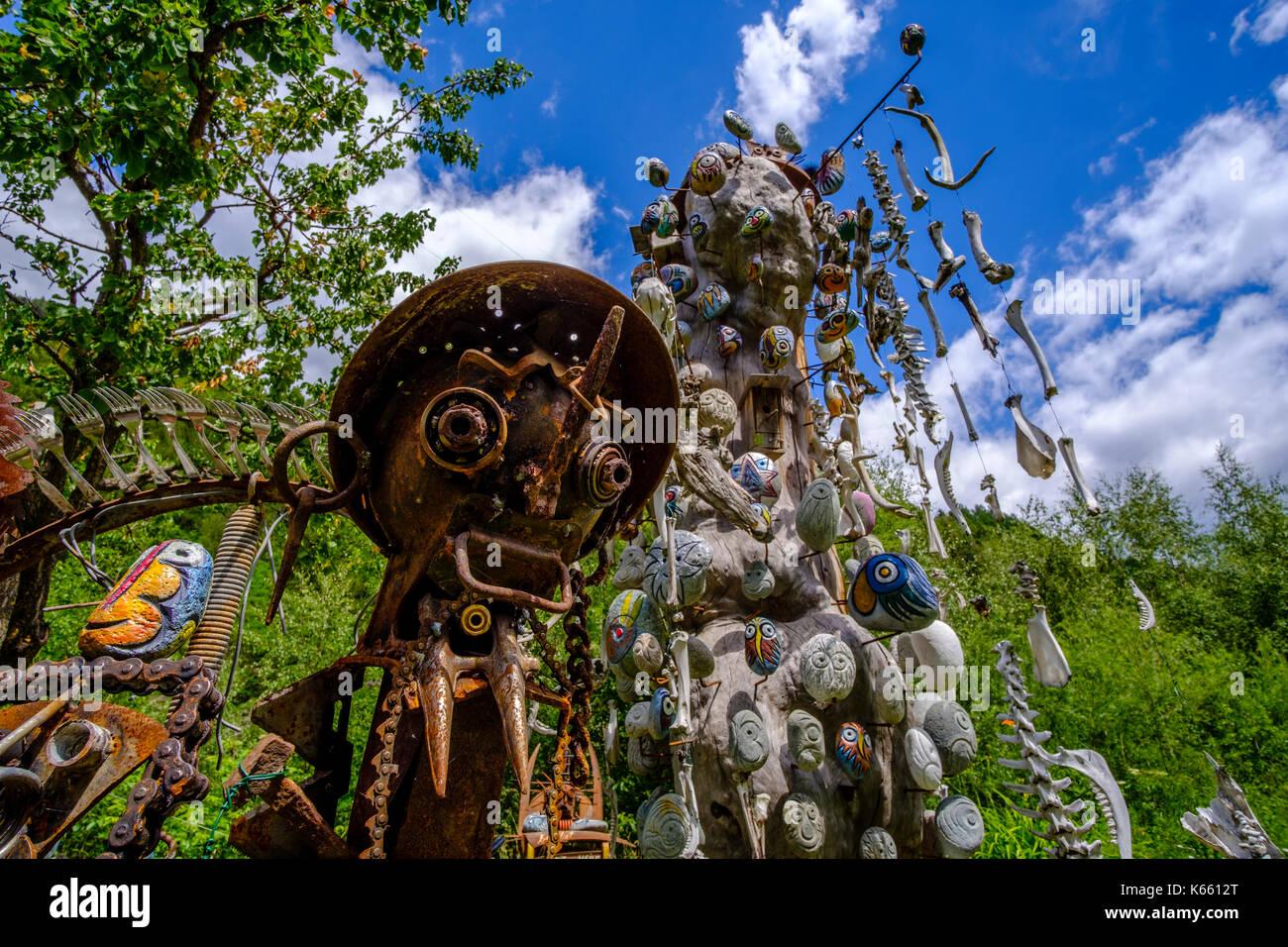 Phantasyful estatuas y piedras pintadas al aire libre-atelier de Lorenz kuntner Imagen De Stock