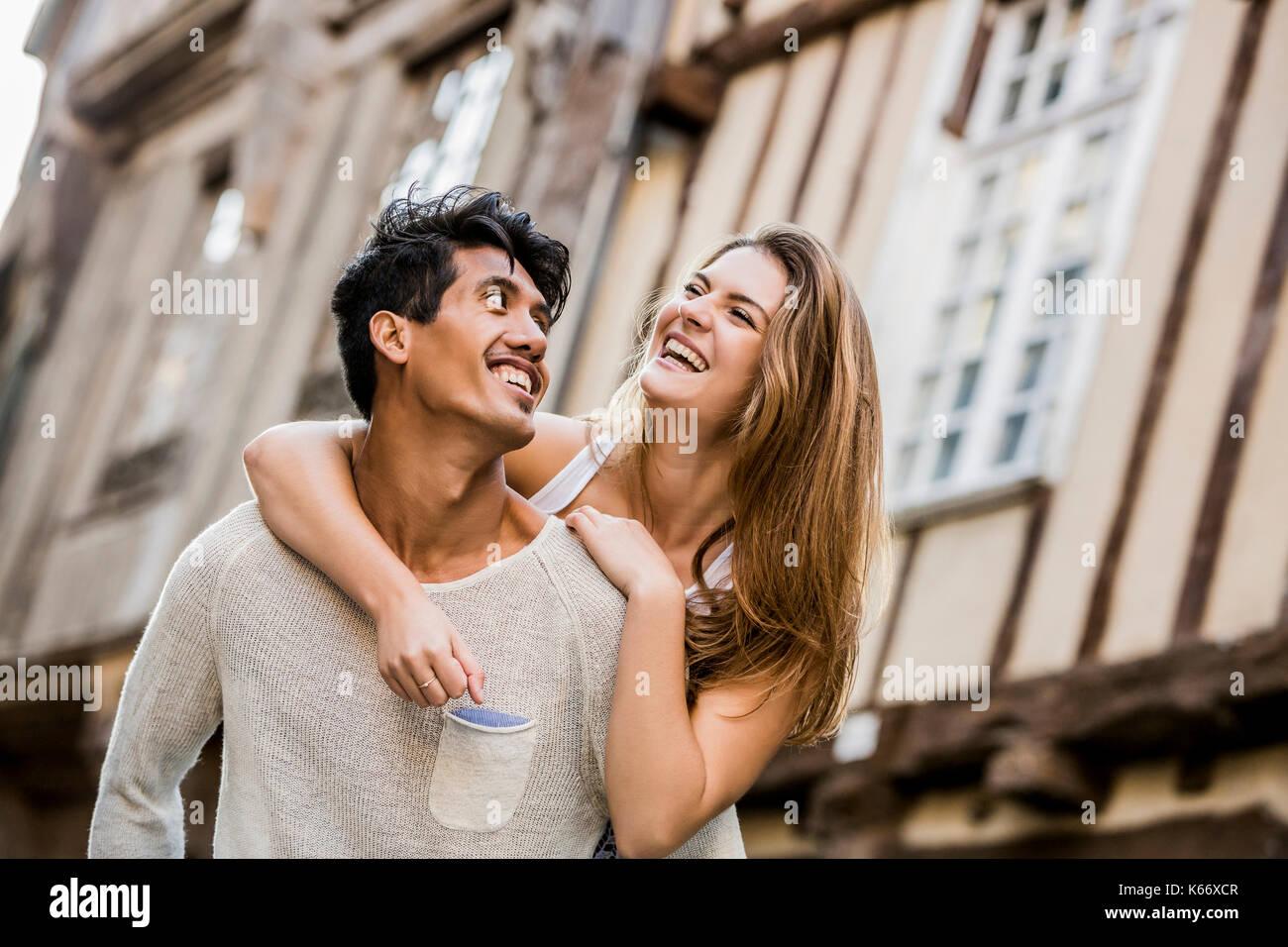 El hombre lleva una mujer en Ciudad piggyback Foto de stock