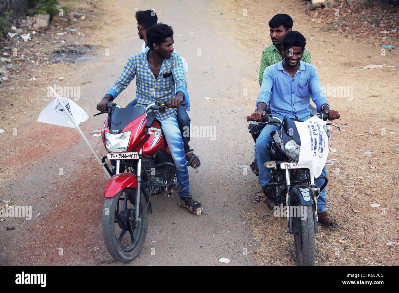 Adolescente muchachos sentados en moto Foto de stock