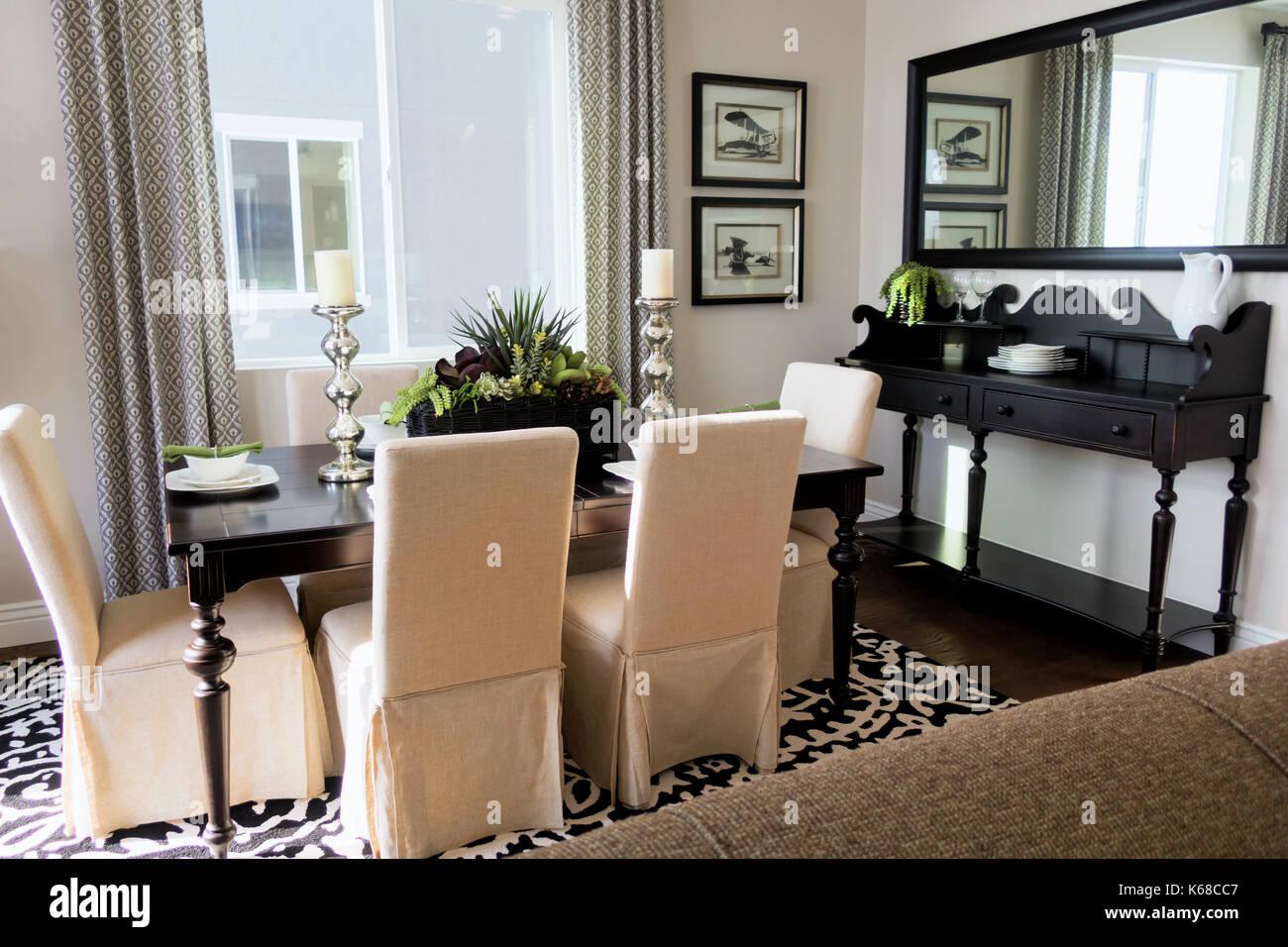 Una mesa de comedor con sillas y un paño blanco freiburg stand en la esquina. Imagen De Stock