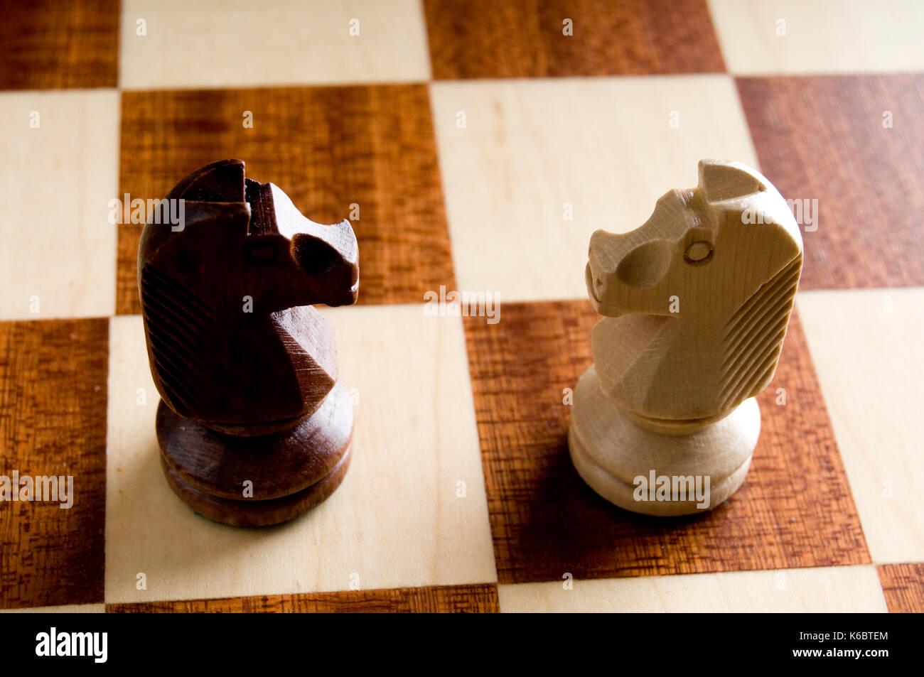Chess Knights uno frente a otro Imagen De Stock