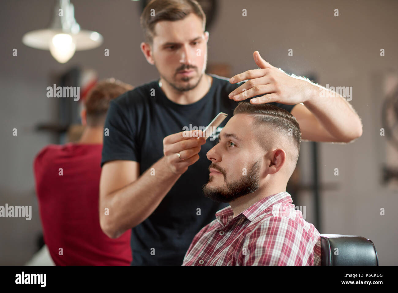 Joven en el barbershop Foto de stock