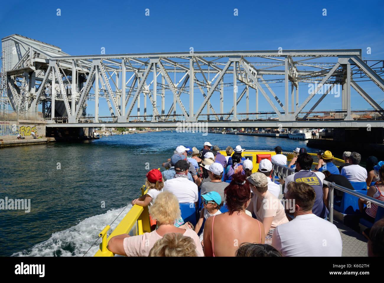 Los turistas de viaje en barco por los canales de Sète y el Etang de Thau o lago hérault languedoc-roussillon francia Imagen De Stock