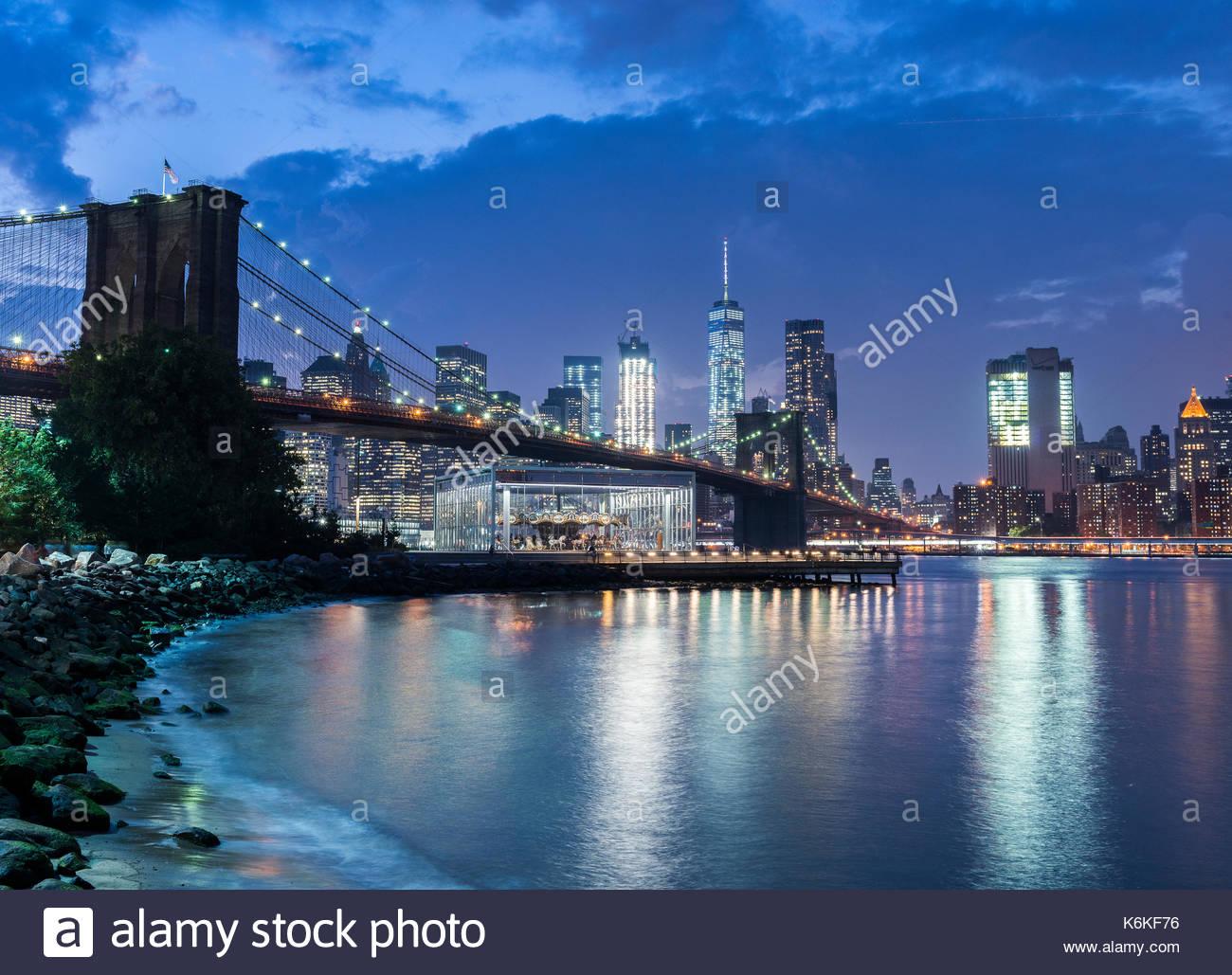 Vista de Manhattan y el Brooklyn Bridge NYC iluminado por la noche. Foto de stock