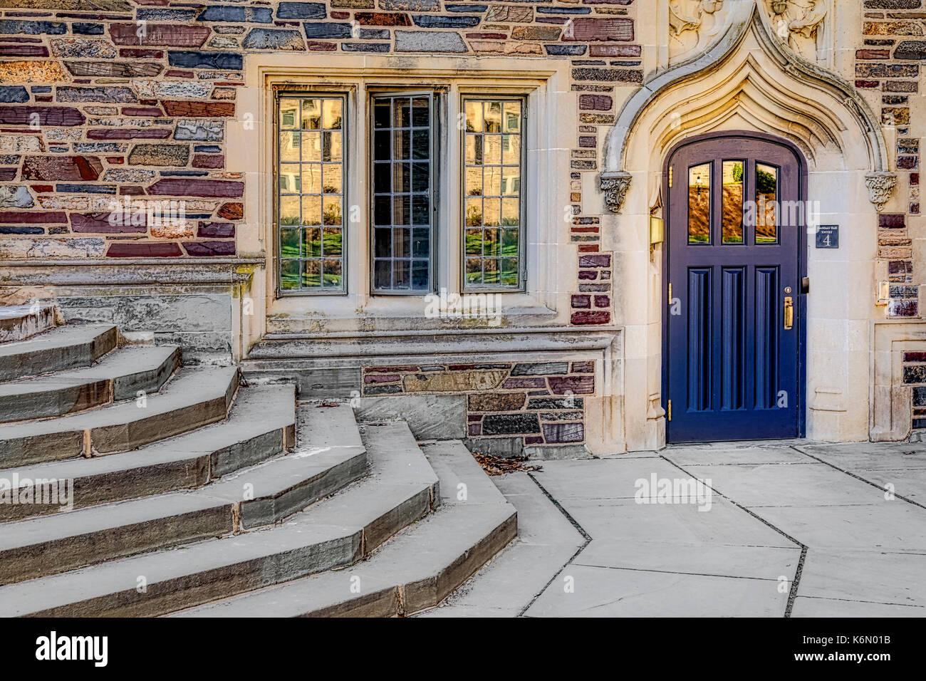 Universidad de Princeton lockhar hall - la entrada de la puerta de madera del azul al dormitorio edificio en el estilo gótico colegial ivy league princeton u Imagen De Stock