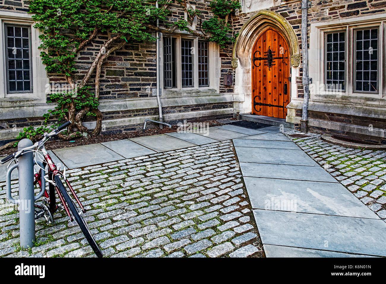 Universidad de Princeton foulke hall - la entrada de la puerta de madera para la construcción de residencias en la colegiata gótica estilo princeton ivy league univers Imagen De Stock
