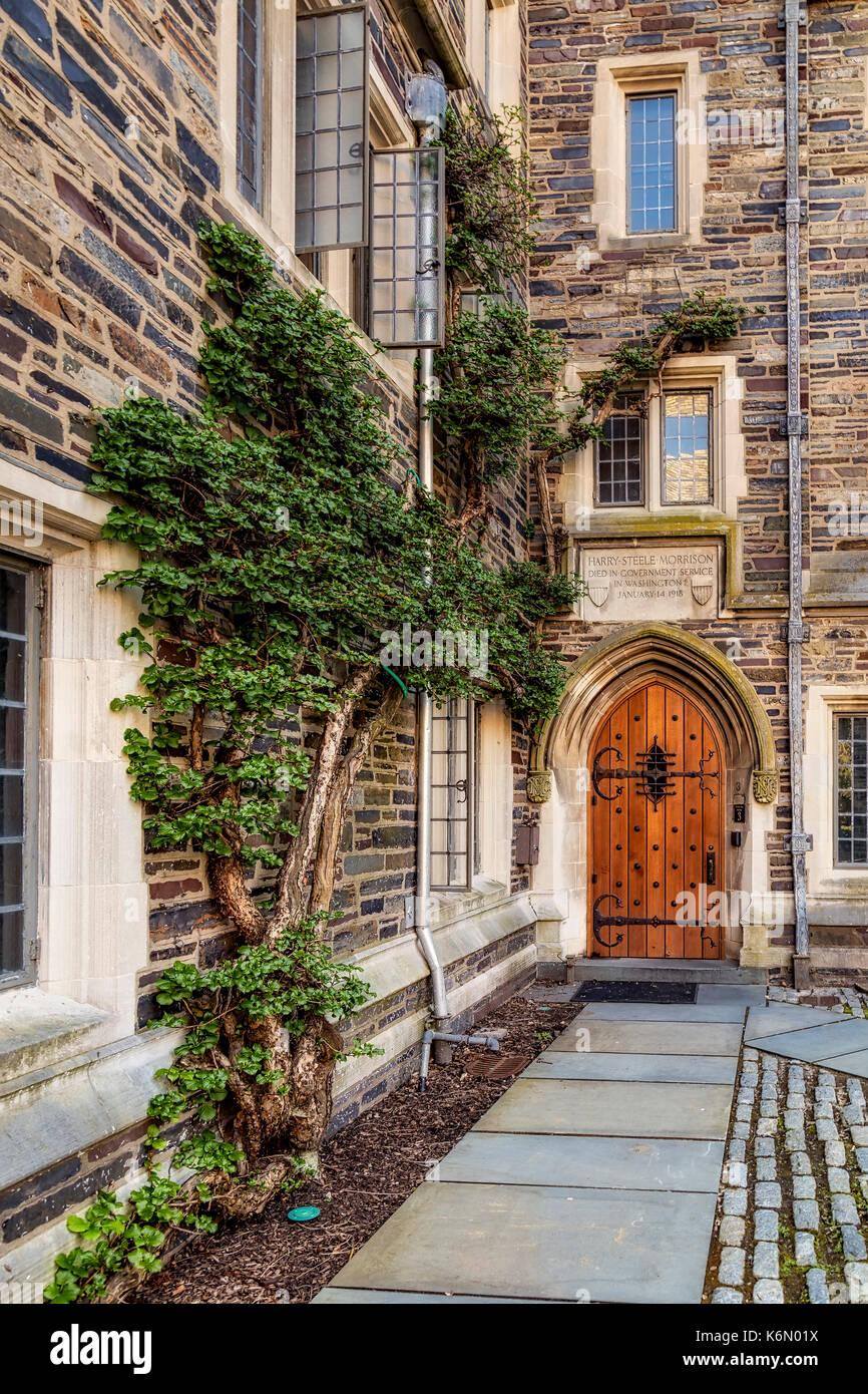 Universidad de Princeton foulke hall ii - de la entrada de la puerta de madera para la construcción de residencias en la colegiata gótica estilo princeton ivy league univ Imagen De Stock