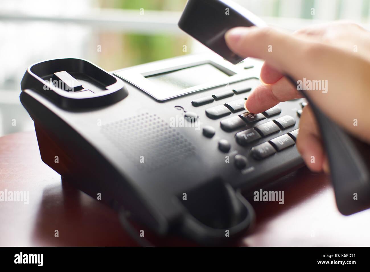 Marcación telefónica ,contacto y concepto de servicio al cliente . Foco seleccionado . Imagen De Stock