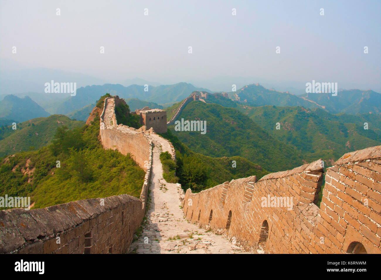 Escalar y caminar por la Gran Muralla en la época estival. Pekín, China Imagen De Stock