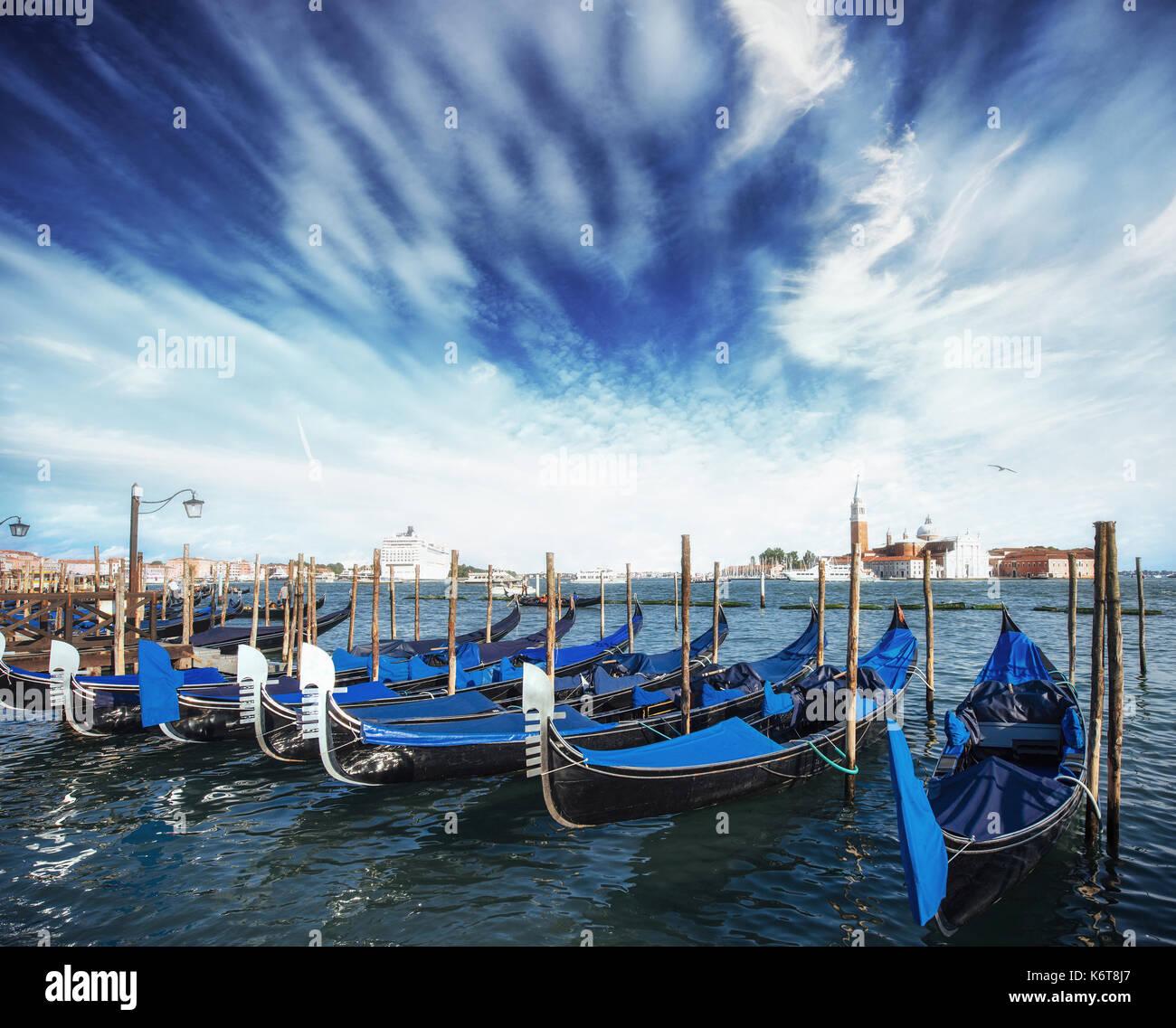 Las góndolas en el gran canal de Venecia, San Giorgio Maggiore. San Marcos. Hermoso paisaje de verano Imagen De Stock