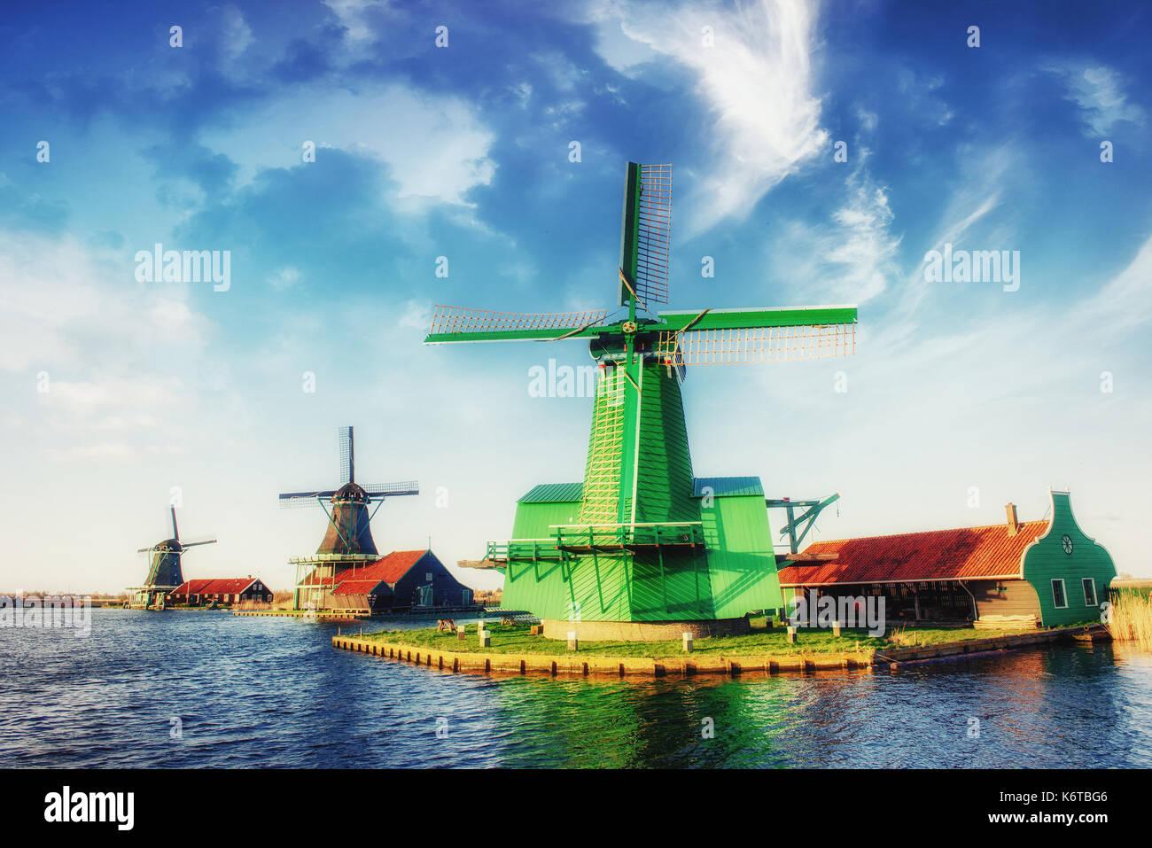 Los molinos de viento tradicionales holandeses desde el canal de Rotterdam. Holanda. Imagen De Stock