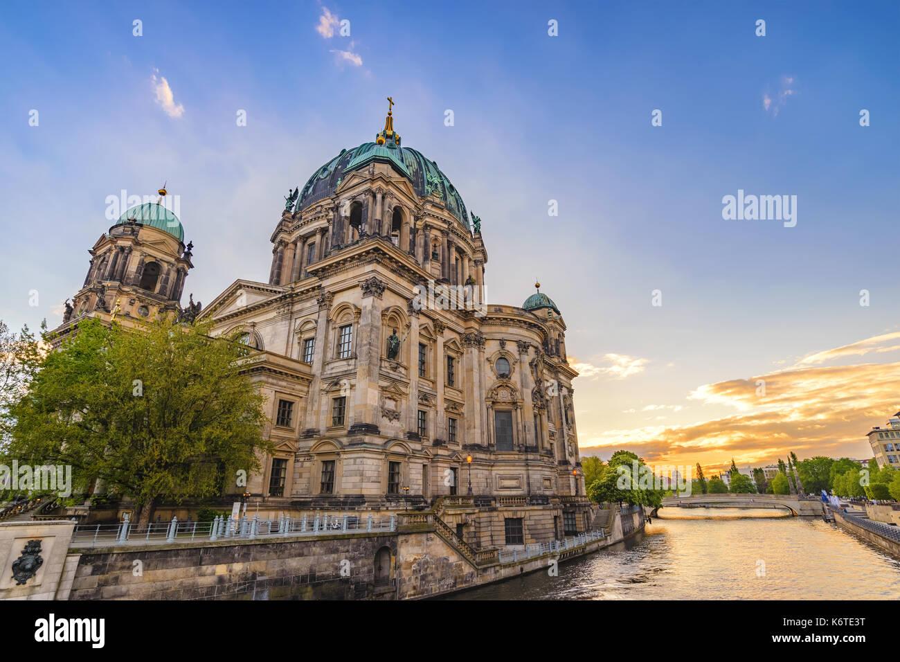 Puesta de sol en el horizonte de la ciudad de Berlín la catedral de Berlín (Berliner Dom), Berlín, Alemania Foto de stock