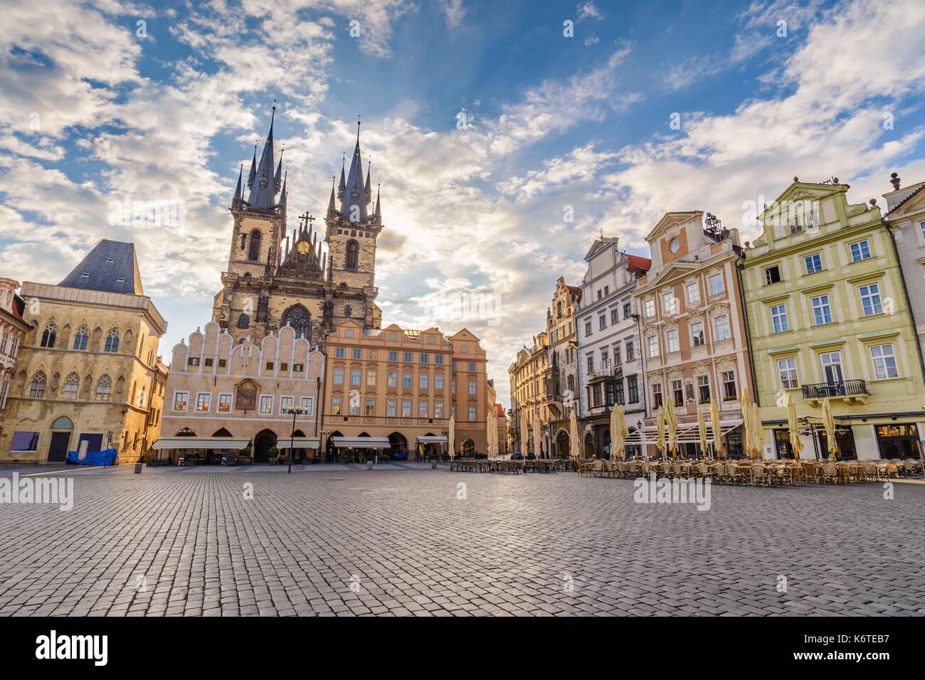 Amanecer el horizonte de la ciudad de Praga, en la plaza de la ciudad vieja de Praga, Praga, República Checa Foto de stock