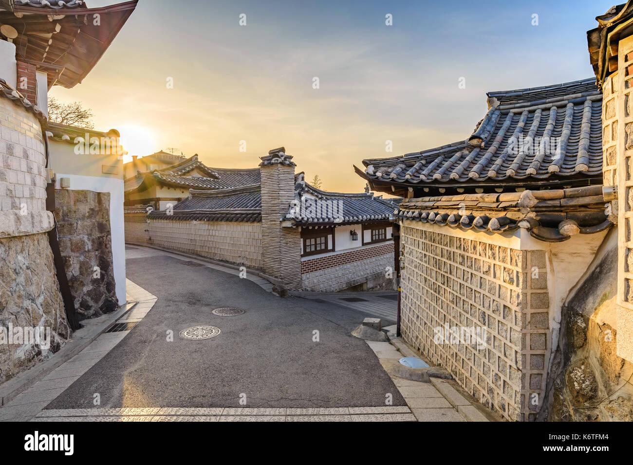 Amanecer el horizonte de la ciudad de Seúl en el pueblo de Bukchon Hanok, Seúl, Corea del Sur Imagen De Stock