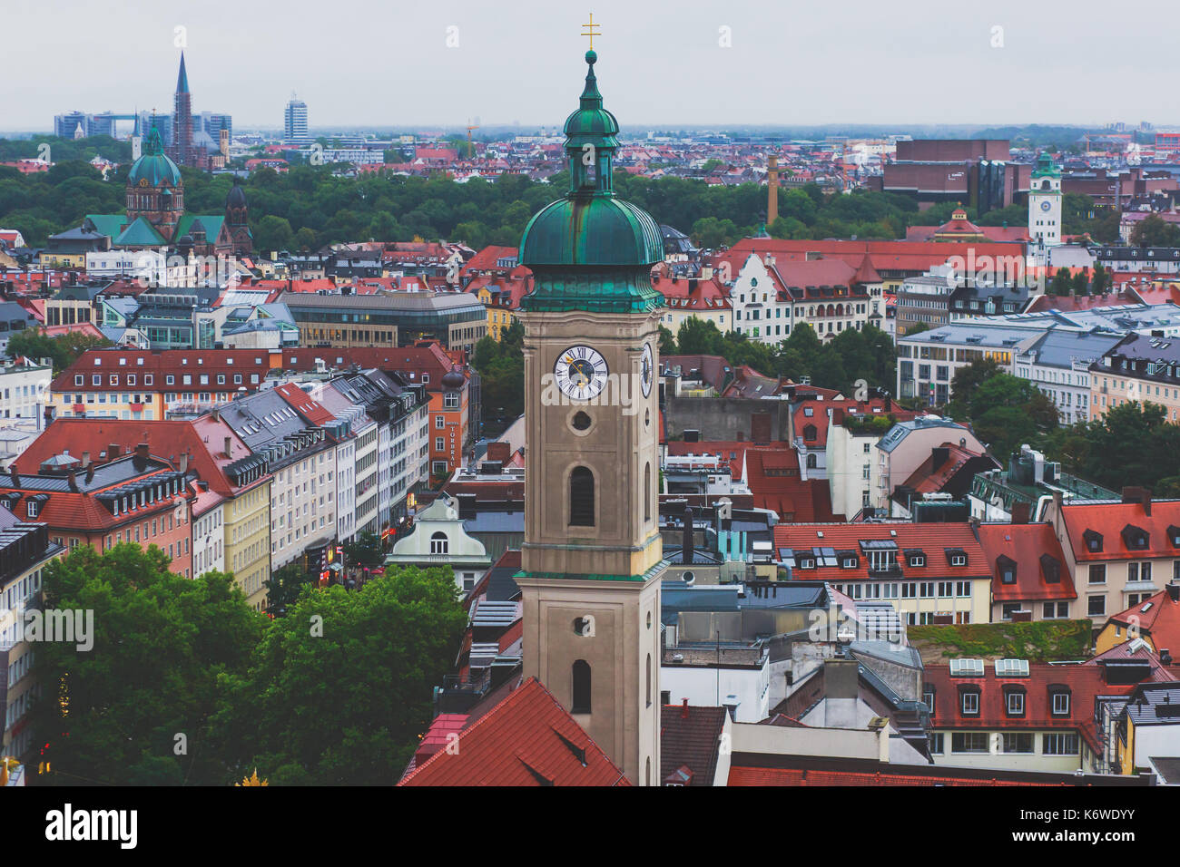 Hermosa vista aérea super amplia y soleada de Munich, Bayern, Baviera, Alemania con el horizonte y el paisaje más allá de la ciudad, visto desde la altura Foto de stock